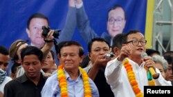 Sam Rainsy (kanan), Presiden partai oposisi Kamboja, Partai Nasional Penyelamatan Kamboja (CNRP) saat berpidato di hadapan pendukungnya (foto: dok).