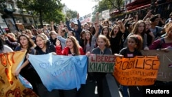 Para murid SMA di Paris berdemonstrasi memrotes pendeportasian seorang siswa asal Kosovo, Leonarda Dibrani dan siswa lain asal Armenia. (Reuters/Benoit Tessier)
