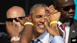 Perezida Obama ariko aramukanya n'abaje mu myiyamamazo mu gisagara ca Philadelphia.