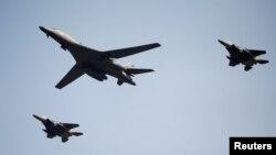 북한의 5차 핵실험에 대응해 출동한 미국의 장거리 전략폭격기 B-1B '랜서' (가운데)가 13일 경기도 평택시 주한미군 오산공군기지 상공을 비행하고 있다.