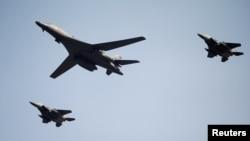 지난달 북한의 5차 핵실험에 대응해 출동한 미국의 장거리 전략폭격기 B-1B '랜서'(가운데)가 주한미군 오산공군기지 상공을 비행하고 있다. (자료사진)