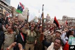 Phiến quân Houthi tụ tập phản đối chiến dịch không kích của Ả Rập Xê Út tại Sana'a, ngày 26/3/2015. Iran phủ nhận cáo giác cho rằng họ cung cấp tiền bạc và huấn luyện cho phiến quân Houthi ở Yemen.