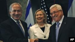 ນາຍົກລັດຖະມົນຕີ ອິສຣາແອລ Benjamin Netanyahu (ຊ້າຍ) ຈັບມືກັບ ປະທານາທິບໍດີ ປາແລສໄຕນ໌ ທ່ານ Mahmoud Abbas (ຂວາ) ແລະລັດຖະມົນຕີ ການຕ່າງປະເທດ ສະຫະລັດ ທ່ານນາງ Hillary Clinton (ກາງ) ໃນການເຈລະຈາ ທີ່ເມືອງ Sharm el-Sheikh ປະເທດອີຈິບ (14 ກັນຍາ 2010)