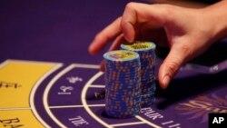 博彩業是澳門經濟的重要支柱﹐圖為賭百家樂的下注情形。