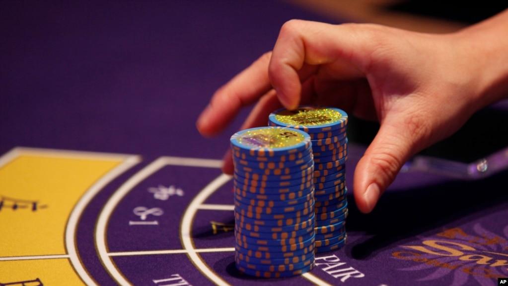 澳门一家赌场里赌桌上的筹码 (资料照片)