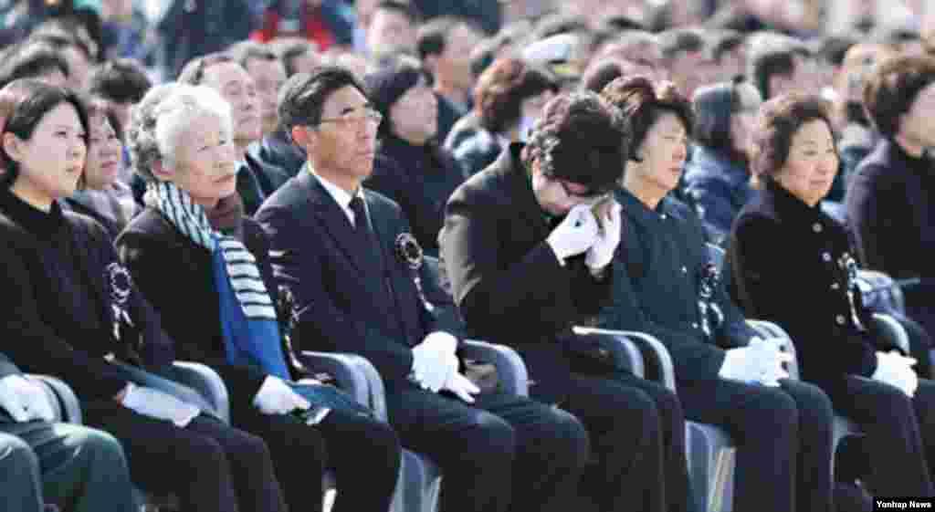26일 한국 국립대전현충원에서 열린 천안함 용사 3주기 추모식에서 한 유가족이 눈물을 흘리고 있다.