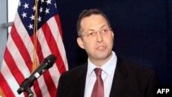 Ðặc sứ Hoa Kỳ Derek Mitchell phát biểu tại cuộc họp báo ở Phi trường Quốc tế Yangon ở Miến Ðiện (ảnh tư liệu, ngày 14/9/2011)