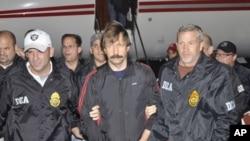 俄羅斯軍火商維克多•布特被美國緝毒官員押送回紐約(2010年11月16號資料照)