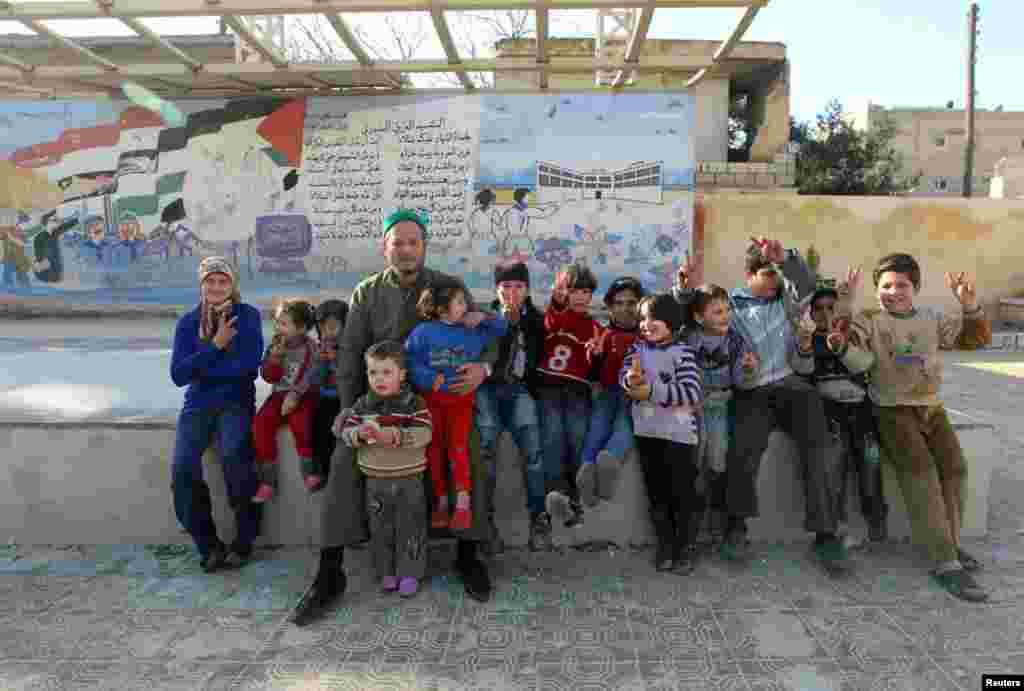 14일 공부할 장소가 없어서 알레포 시 학교 벤치에 앚아있는 아이들.