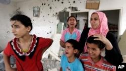 اسرائیلی بمباری میں اپنے گھر کی تباہی پر نوحہ کناں ایک فلسطینی خاندان