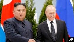 ڕابەری کۆریای باکوور کیم جۆنگ ئون لەگەڵ سەرۆکی ڕوسیا ڤلادیمێر پوتن