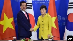 박근혜 한국 대통령(오른쪽)과 응웬 떤 중 베트남 총리가 10일 부산에서 공동 기자회견을 마친 뒤 악수하고 있다.