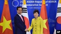 Tổng thống Nam Triều Tiên Park Geun-hye và Thủ tướng Việt Nam Nguyễn Tấn Dũng trong cuộc họp ở Busan, 10/12/14