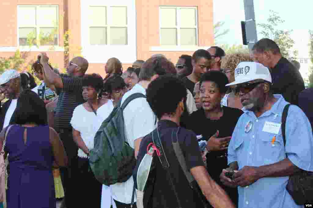 En otra entrada al templo, cientos de personas se congregaron para tratar de darle un último adiós a Michael Brown. [Foto: Alberto Pimienta, VOA]