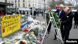 美国国务卿克里在巴黎遭袭击地点敬献花圈