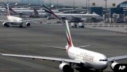 중동 두바이국제공항에 에미레이츠 항공 여객기들이 대기 중이다. (자료사진)