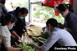 Các sơ Hội Dòng Đức Mẹ Hiệp Nhất chuẩn bị bữa ăn phục vụ cho những người cách ly.