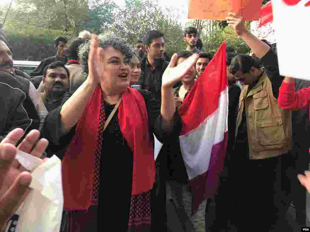 لاہور میں طلبہ یکجہتی مارچ میں شریک پاکستان پیپلز پارٹی (شہید بھٹو) کی رہنما غنویٰ بھٹو نعرے لگا رہی ہیں۔