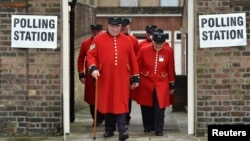 Chelsea Pensioners leave after voting in the EU referendum, at a polling station in Chelsea in London, Britain, June 23, 2016.