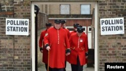 Para pensiunan Chelsea meninggalkan TPS setelah mengikuti pemungutan suara dalam referendum Uni Eropa, di Chelsea, London, Inggris (23/6).