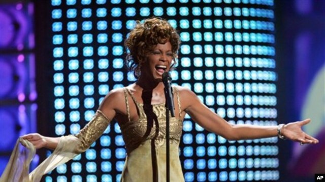 Recording artist Whitney Houston performs at the 2004 World Music Awards Wednesday, Sept. 15, 2004, at the Thomas and Mack Arena in Las Vegas. (AP Photo/Eric Jamison)