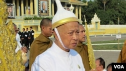 Cambodian prince and former first prime mininister Norodom Ranariddh walks during the funeral procession of his late father, King Father Norodom Sihanouk on February 1, 2013. (Heng Reaksmey/VOA Khmer)