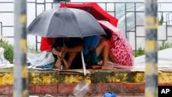 2015年10月18日台风巨爵: 菲律宾马尼拉居民躲雨