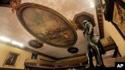 Sur cette photo du 14 juillet 2010, une statue de Thomas Jefferson, à droite, a été installée dans la salle du conseil de l'hôtel de ville de New York. (AP/Richard Drew)