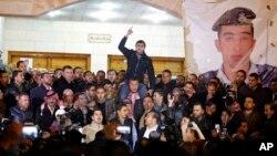 Para pendukung dan kerabat pilot Muath al-Kaseasbeh yang diduga sudah dibunuh ISIS melampiaskan kemarahan dalam unjuk rasa di Amman, Yordania (3/2).