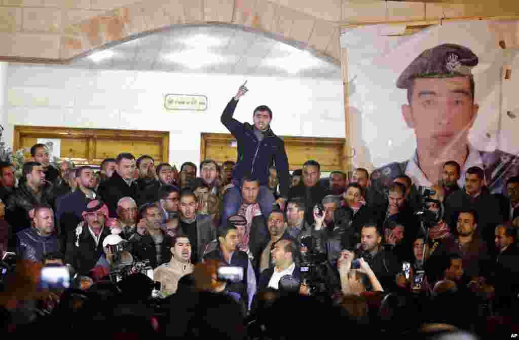 حامیان و اعضای خانواده ستوان معاذالکساسبه، خلبان مقتول اردنی، در گردهمآيی قبيله در عمان (پايتخت اردن) نسبت به مرگ او ابراز خشم میکنند --۱۴ بهمن ۱۳۹۳ (۳ فوريه ۲۰۱۵)
