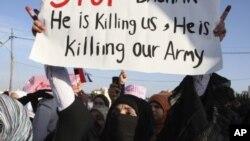 ຜູ້ປະທ້ວງແມ່ຍິງຊີເຣຍຄົນນຶ່ງ ຖືປ້າຍໃນຂະນະທີ່ນາງເຂົ້າຮ່ວມ ໃນການປະທ້ວງຮຽກຮ້ອງໃຫ້ປະທານາທິບໍດີ al-Assad ລາອອກຈາກຕໍາແຫນ່ງຢູ່ຕໍ່ໜ້າສະຖານທູດຊີເຣຍ ທີ່ກຸງ Amman ໃນວັນທີ 1 ພຶດສະພາ 2011