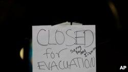 Nhà chức trách đã ra lệnh sơ tán hôm Chủ Nhật vì nước đã tràn đã qua một con đập ở hồ Oroville, bắc California.