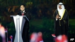 Erick Thohir (kiri), presiden INASGOC, memberikan sambutan dalam upacara pembukaan Asian Games ke-18 di Gelora Bung Karno Stadium, Jakarta, Minggu, 19 Agustus 2018. (AP Photo / Dita Alangakara)