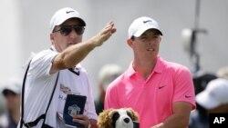 Le golfeur nord-irlandais Rory McIlroy (à droite)