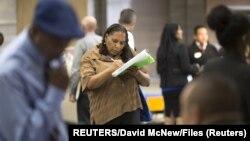 Американцы заполняют анкеты в поисках работы (архивное фото)