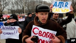 """Crimeos tártaros gritan lemas y muestran carteles que leen """"Libertad de expresión"""" durante una manifestacion pro-Ucrania en Simferopol, Crimea."""