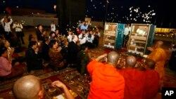 Para biksu memberkati artefak-artefak antik jarahan yang dikembalikan oleh Amerika. (Foto: Dok)