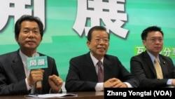 谢长廷(中)访问中国记者会(美国之音记者 张永泰拍摄)