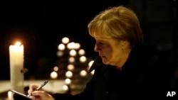 Thủ tướng Đức Angela Merkel gửi lời chia buồn đến các nạn nhân tại nhà thờ Memorial ở Berlin, Đức, 20/12/2016.