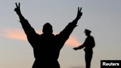 埃及宪法的一位支持者在开罗解放广场上打出胜利的手势