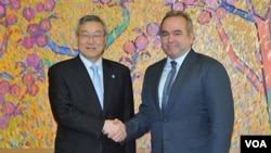 Menteri Luar Negeri Korea Selatan Kim Sung-Hwan (kiri) berjabat tangan dengan Asisten Menlu Amerika untuk Asia Timur dan Pasifik, Kurt Campbell, sebelum pembicaraan di Seoul, Kamis (5/1).