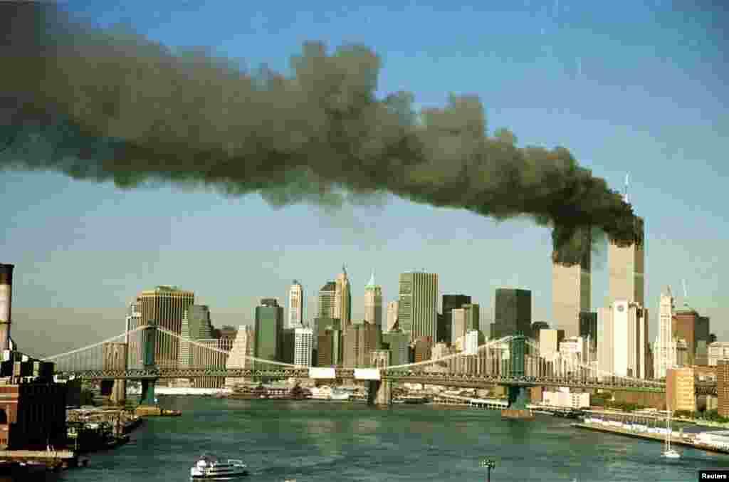 Cette photographie du 11 septembre 2001 montre les deux tours en feu de New York après le détournement de deux avions.