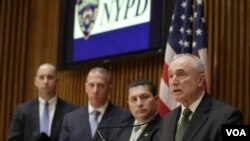 په نیویارک کې د پولیسو کمیشنر د درېیو تورنو کسانو په اړه په خبرې کنفرانس کې معلومات ورکړل