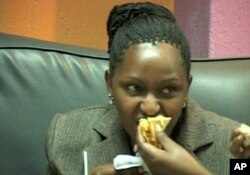 Umugore urya ibiryo bidatetse neza muri Kenya