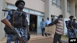 选举委员会成员在警察的警卫下运送票箱