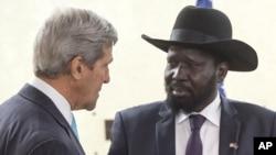 Tổng thống Nam Sudan Salva Kiir (phải) tiếp Ngoại trưởng Hoa Kỳ John Kerry tại Văn phòng Tổng thống ở Juba, Nam Sudan, 2/5/2014.