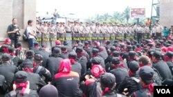 Unjuk rasa di depan Gedung DPR menolak pengesahan UU Ormas. (VOA/Fathiyah Wardah)