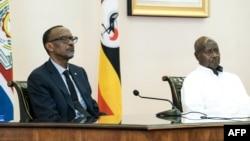 President Paul Kagame ya Rwanda (G) na mokokani wa ye ya Ouganda Yoweri Museveni na masolo na Entebe, Ouganda, 25 mars 2018.