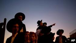 Izrayelyen nan asiste seremoni antèman Aryeh Kupinsky, Cary William Levine ak Avraham Goldberg, 3 nan 4 moun ki mouri nan yon atak 2 kouzen palestinyen lanse madi 18 novanm 2014 la ((Foto AP/Ariel Schalit).