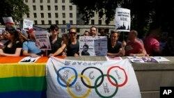 Para aktivis melakukan protes atas UU Anti Gay di Rusia dengan menuntut Olimpiade musim dingin dipindahkan dari kota Sochi, Rusia (foto: dok).